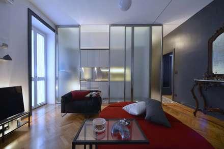 zona giorno: veduta del soggiorno e della cucina: Soggiorno in stile in stile Moderno di Altro_Studio