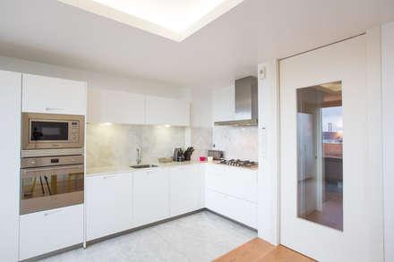 Uma cozinha com vista: Cozinhas modernas por Architect Your Home