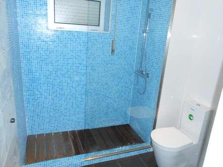 Remodelação de w.c: Casas de banho modernas por Officina de Interiores
