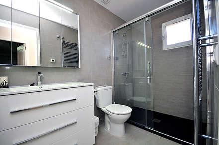 BAÑOS: Baños de estilo moderno de Novodeco