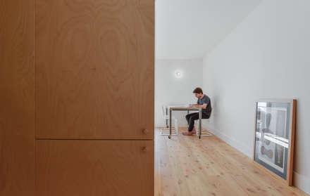 House in Bica do Sapato by ARRIBA: Closets minimalistas por Ricardo Oliveira Alves Photography