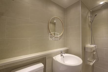 공간 활용도 높은 32py 모던 아파트인테리어: 홍예디자인의  화장실