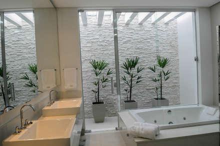 Residência AVS: Banheiros modernos por A/ZERO Arquitetura