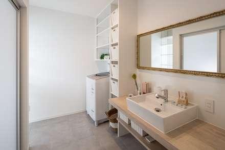 洗面脱衣室: LITTLE NEST WORKSが手掛けた浴室です。