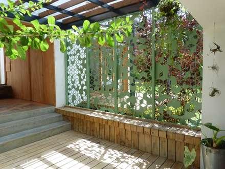 Casa Copacabana: Jardines de estilo moderno por interior137 arquitectos