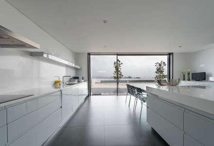 Casa CS: Cozinhas minimalistas por BLK-Porto Arquitectura