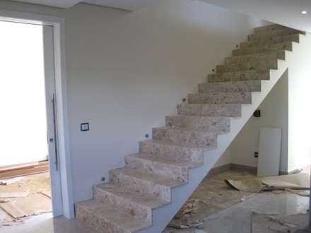 Escada revestida de mármore:  Corridor & hallway by Tony Santos Arquitetura