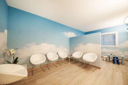 Sentirsi a proprio agio con facilità e semplicità: Cliniche in stile  di STUDIO PAOLA FAVRETTO SAGL - INTERIOR DESIGNER