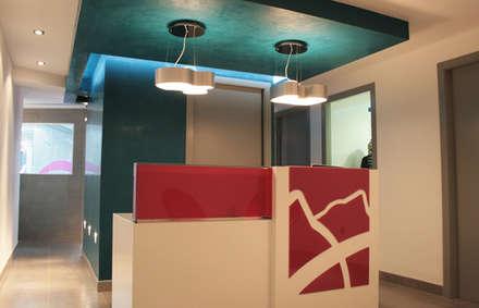: Hospitales de estilo  por Arquint Colombia