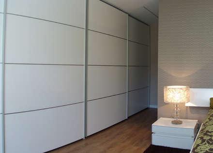 Suite 2: Closets modernos por Belgas Constrói Lda
