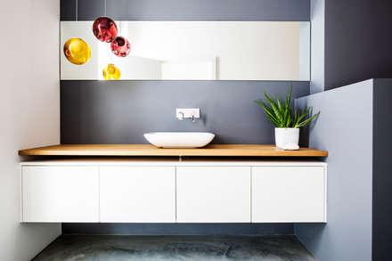 Fugenlose Bäder mit Terralime: moderne Badezimmer von Die Fliese art + design Fliesenhandels GmbH