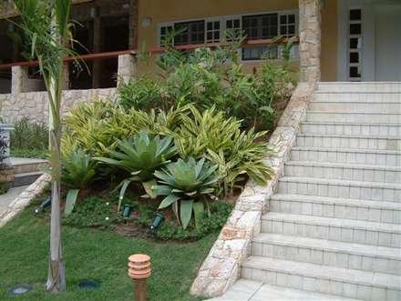 Paisagismo de Guapi: Jardins campestres por Emmilia Cardoso Designers Associados