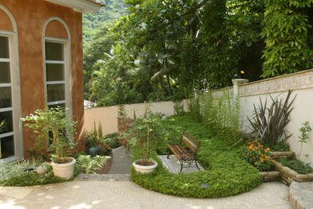 Paisagismo do Joá: Jardins campestres por Emmilia Cardoso Designers Associados