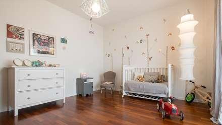 Camera per bambini: Stanza dei bambini in stile in stile Scandinavo di Archifacturing