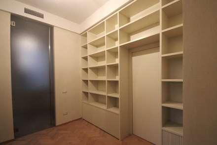 Libreria con ante cannucciate: Ingresso & Corridoio in stile  di Falegnameria Ferrari