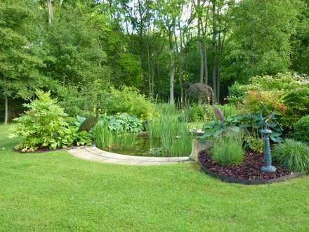 Bassin dans le Jardin médiéval: Jardin de style de style Classique par Nature in the Garden