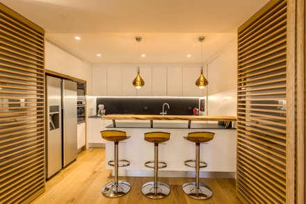 CAMILLUCCIA: Cucina in stile in stile Moderno di MOB ARCHITECTS