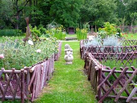 Jardin médiéval: Jardin de style de style Classique par Nature in the Garden