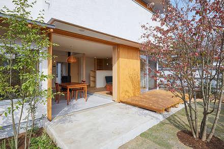 庭と一体となった土間ダイニング: 一級建築士事務所co-designstudioが手掛けた庭です。