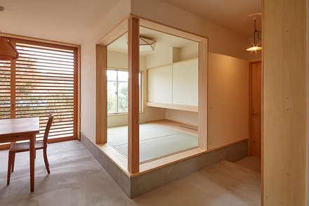 ゲストルーム: 一級建築士事務所co-designstudioが手掛けた寝室です。