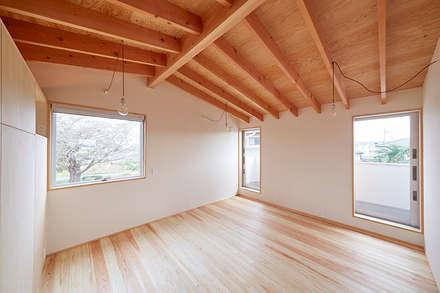 2階の寝室: 一級建築士事務所co-designstudioが手掛けた寝室です。