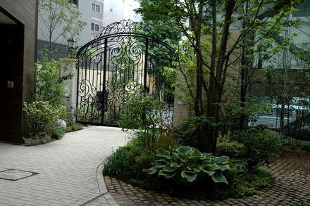 千代田区・Sオフィス: 有限会社イエナランドスケープが手掛けた庭です。
