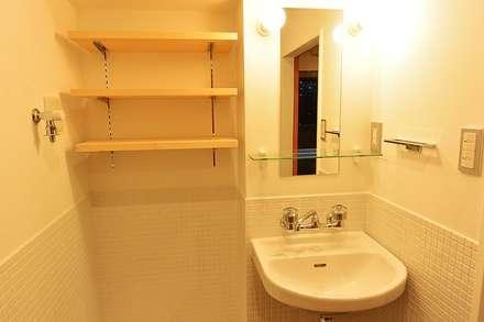 I宅 内部改修 マンションリノベーション: すまい研究室 一級建築士事務所が手掛けた浴室です。