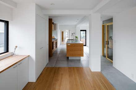 ダイニング: 内田雄介設計室 が手掛けたキッチンです。