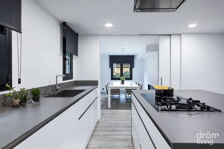 CASA EN LLÍVIA: MINIMALISMO Y CALIDEZ: Cocinas de estilo minimalista de Dröm Living