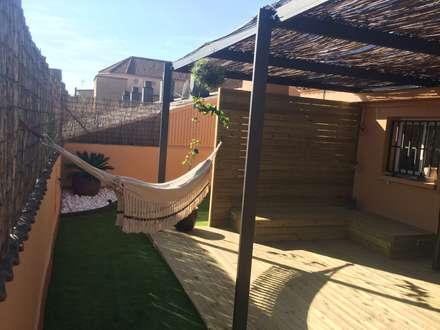 Terrazas y césped artificial: Jardines de estilo tropical de Quercus Jardiners