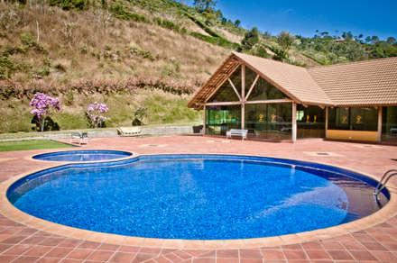 country Pool by CARLOS EDUARDO DE LACERDA ARQUITETURA E PLANEJAMENTO LTDA.