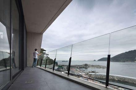 송도주택: 아키텍케이 건축사사무소의  발코니, 베란다 & 테라스