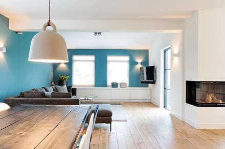 Gedurfd vintage blauw: moderne Woonkamer door Jolanda Knook interieurvormgeving