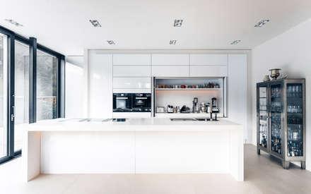Offene Küche: minimalistische Küche von Skandella Architektur Innenarchitektur