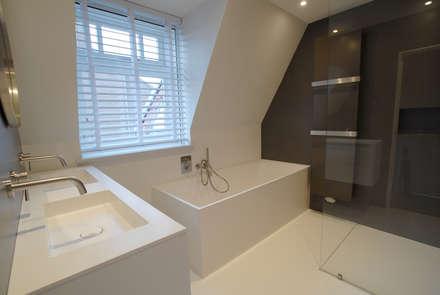 Badkamer met inloopdouche: moderne Badkamer door Kars bouwadviseur en -begeleider