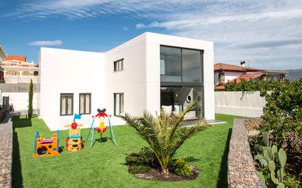 Jardín y parte trasera de la vivienda: Jardines de estilo moderno de MODULAR HOME