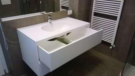 Realizzazioni: Bagno in stile in stile Moderno di Falegnameria Chiatti
