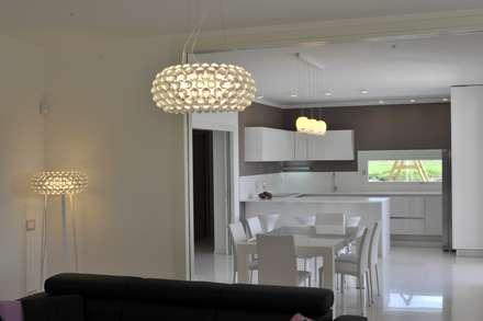sala da pranzo e cucina: Cucina in stile in stile Classico di Architetti Baggio