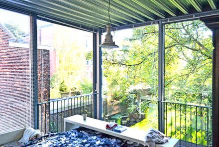 Slaapkamer met aan 2 zijden schuifpuien: industriële Slaapkamer door Tâcheron architect