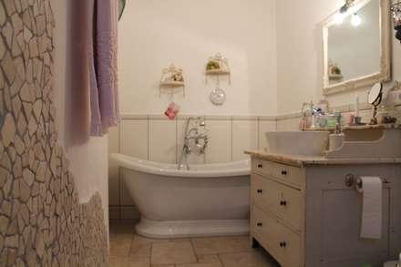 Huette Stil Badezimmer Holz Wand Dusche Badewanne Fliesen Grau