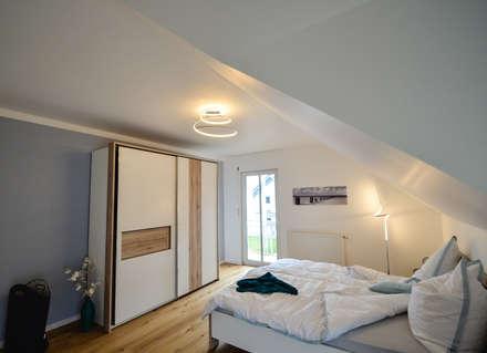 Musterhaus Poing Bavaria: moderne Schlafzimmer von Licht-Design Skapetze GmbH & Co. KG
