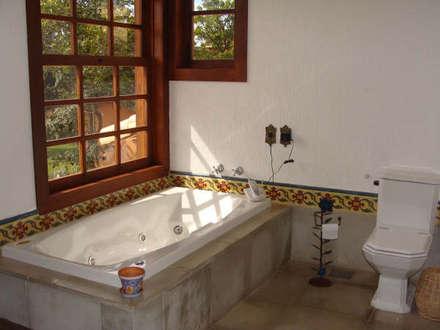 Baños de estilo rústico por Monica Guerra Arquitetura e Interiores