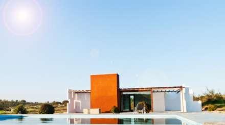 Casa Klee vista con piscina mediante lamina de agua: Piscinas de estilo moderno de MODULAR HOME
