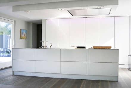 Villa Waalwijk: minimalistische Keuken door Ecker Keukens en Interieur