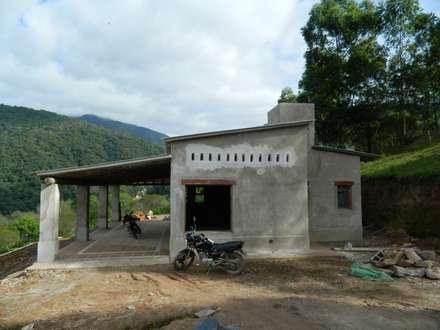 "ARQUITECTURA BIOCLIMATICA ""ECO CIMBRA"" 3: Casas de estilo rural por FERRER||AGUIRRE ARQUITECTURA+DISEÑO+MUEBLES"
