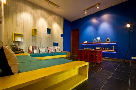 internal lounge : classic Media room by U design studio