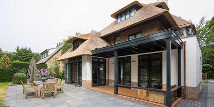 LANDELIJKE RIETGEDEKTE VILLA NAARDEN:  Terras door DENOLDERVLEUGELS Architects & Associates