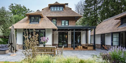 LANDELIJKE RIETGEDEKTE VILLA NAARDEN: landelijke Huizen door DENOLDERVLEUGELS Architects & Associates