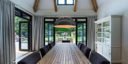 LANDELIJKE RIETGEDEKTE VILLA NAARDEN: landelijke Eetkamer door DENOLDERVLEUGELS Architects & Associates