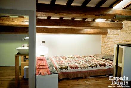 Dormitorios de estilo rústico por Espais Duals